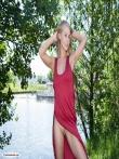 На прогулке веселая блондинка засвечивает письку в разрезе длинного красного платья, фото 2