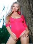 Худая девушка в красном купальнике на природе, фото 2