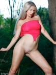 Худая девушка в красном купальнике на природе, фото 6