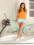 Девушка с упругой голой попой на велосипеде, фото 2