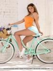 Девушка с упругой голой попой на велосипеде, фото 3