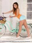 Девушка с упругой голой попой на велосипеде, фото 7