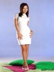 Девушка снимает белое платье с худой фигуры и трусики мастурбируя киску стекляным дилдо, фото 1