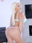 Длинноногая блондинка в нижнем белье Summer Brielle выпускает огромные силиконовые дойки, фото 3