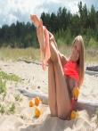 Классные дойки натуральной блондинки с бритой писькой на пляже, фото 3