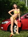 Красотка в бикини моет машину обливаясь водой и пеной, фото 1