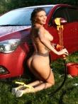 Красотка в бикини моет машину обливаясь водой и пеной, фото 17