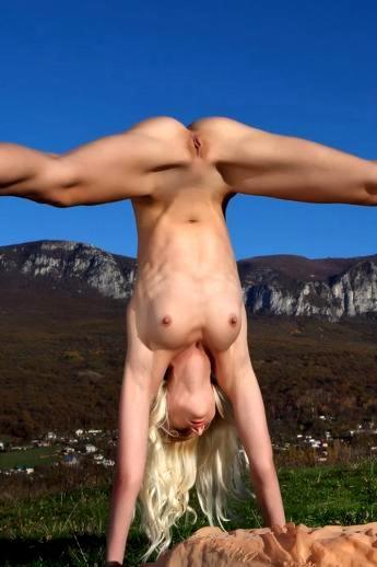 Голая гимнастика на природе с худой блондинкой и ее маленькой грудью