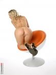 Стриптиз кудрявой блондинки в симпатичных черных трусах, фото 15