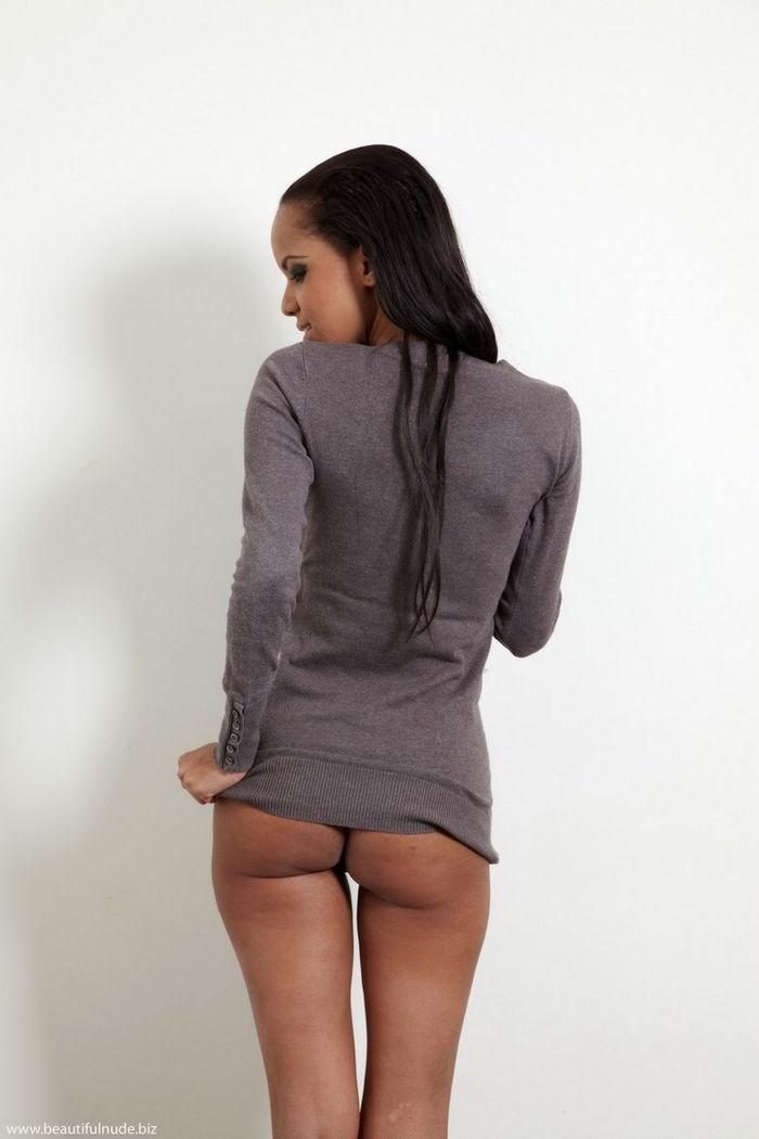 Симпатичная голая негритянка