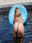 Шлюшка в очках приподнимает в бассейне мокрую попку, фото 2
