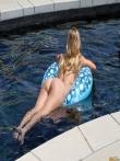 Шлюшка в очках приподнимает в бассейне мокрую попку, фото 8