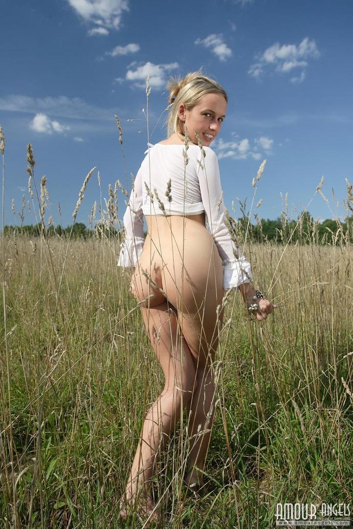 Девка с волосатой писькой в поле