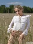 Девка с волосатой писькой в поле, фото 1