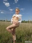 Девка с волосатой писькой в поле, фото 11
