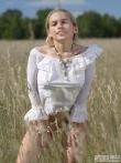 Девка с волосатой писькой в поле, фото 2