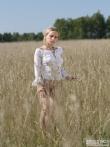 Девка с волосатой писькой в поле, фото 20