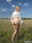 Девка с волосатой писькой в поле, фото 7