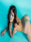 Очаровательная голая девушка с прекрасной натуральной грудью и тугими дырочками круглой попки, фото 15