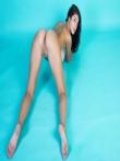 Очаровательная голая девушка с прекрасной натуральной грудью и тугими дырочками круглой попки, фото 3