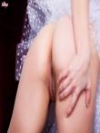 Служанка в задирает короткую юбку униформы показывая татуировку на голой попке, фото 12