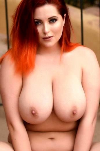 Жирная баба с рыжими волосами в сексуальном нижнем белье голышом показывает огромные титьки