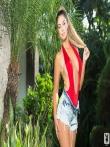Красивая голая девушка с косичкой снимает красный бикини, фото 1