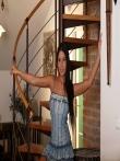 Загорелая голая попка под джинсовым платьем смазливой брюнетки без трусов, фото 2