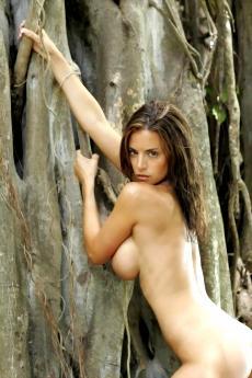 Стройная девушка с большой грудью на природе