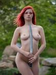 На природе рыжая модель Ариэль с оголенным самурайским мечом, фото 10
