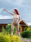 На природе рыжая модель Ариэль с оголенным самурайским мечом, фото 12