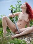 На природе рыжая модель Ариэль с оголенным самурайским мечом, фото 15