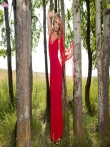Стриптиз гламурной блондинки в возбуждающем красном белье Maya Rae в березовой роще, фото 1