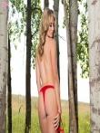 Стриптиз гламурной блондинки в возбуждающем красном белье Maya Rae в березовой роще, фото 5