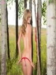 Стриптиз гламурной блондинки в возбуждающем красном белье Maya Rae в березовой роще, фото 7