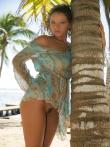 Красивая брюнетка Angel Dark обнажается на пляже, фото 6