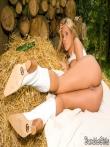 Красивая голая попка Zuzana Zelenova на сеновале, фото 14