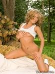 Красивая голая попка Zuzana Zelenova на сеновале, фото 6