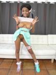 Гибкая негритянка Brittney White с косичками голышом без трусов забрасывает ноги за голову показывая черную письку под юбкой, фото 2