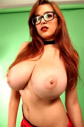 Девушка в очках засвечивает большие голые сиськи
