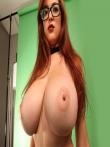 Девушка в очках засвечивает большие голые сиськи, фото 12