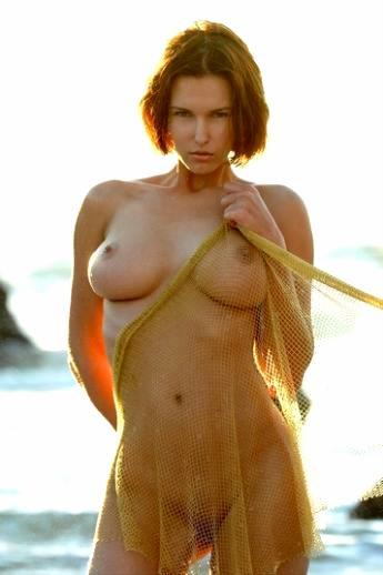 Голая девушка в море в сетке с большие мокрыми сиськами