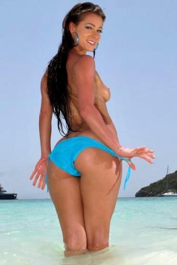 Горячая латинская лярва снимает бикини на пляже