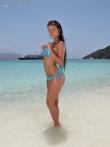 Горячая латинская лярва снимает бикини на пляже, фото 1