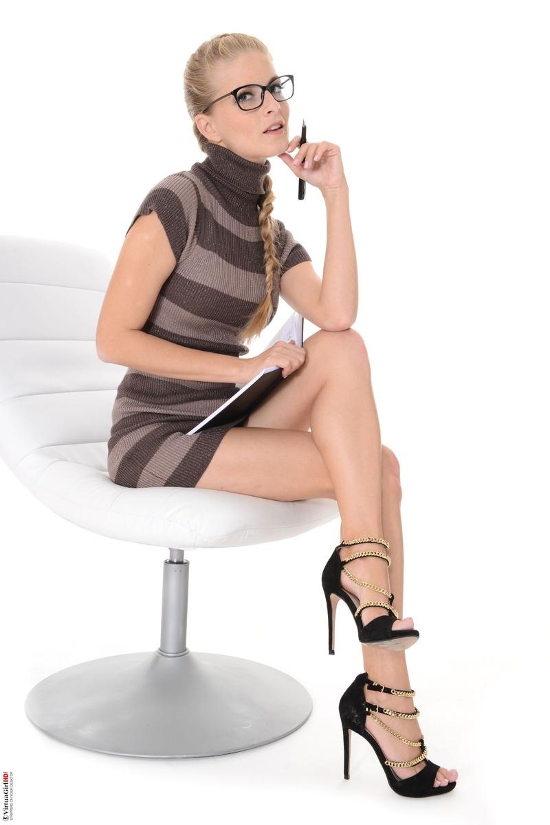 Длинноногая очкастая девушка с косичкой раком оттягивает трусы с половых губ и ануса круглой жопы