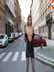 Телка на улице публично задирает платье без трусов показывая красивую голую попку и киску, фото 1