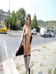 Телка на улице публично задирает платье без трусов показывая красивую голую попку и киску, фото 12