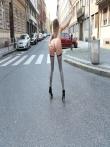 Телка на улице публично задирает платье без трусов показывая красивую голую попку и киску, фото 2