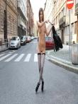 Телка на улице публично задирает платье без трусов показывая красивую голую попку и киску, фото 3