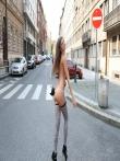 Телка на улице публично задирает платье без трусов показывая красивую голую попку и киску, фото 4